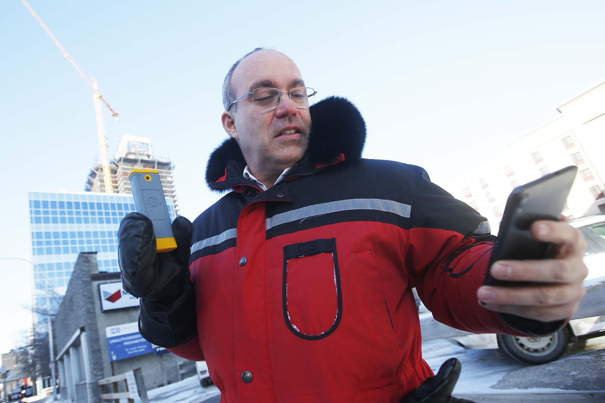 JOHN WOODS / WINNIPEG FREE PRESS</p><p>Solara's Tom Tessier demonstrates the Flare in Winnipeg Wednesday. The small device uses Bluetooth to turn an ordinary smartphone into a satellite phone.</p>