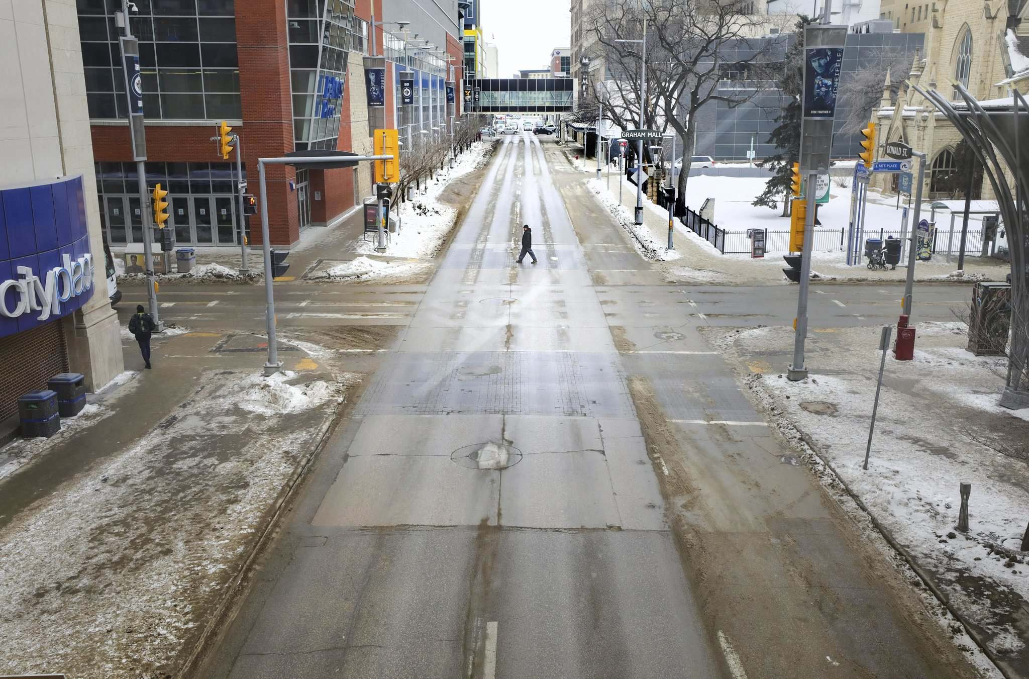 RUTH BONNEVILLE / WINNIPEG FREE PRESS</p><p>A nearly empty intersection at Donald Street and Graham Avenue serves as a metaphor for a downtown emptied by COVID-19 as stores closed and workers stayed home to work.</p>