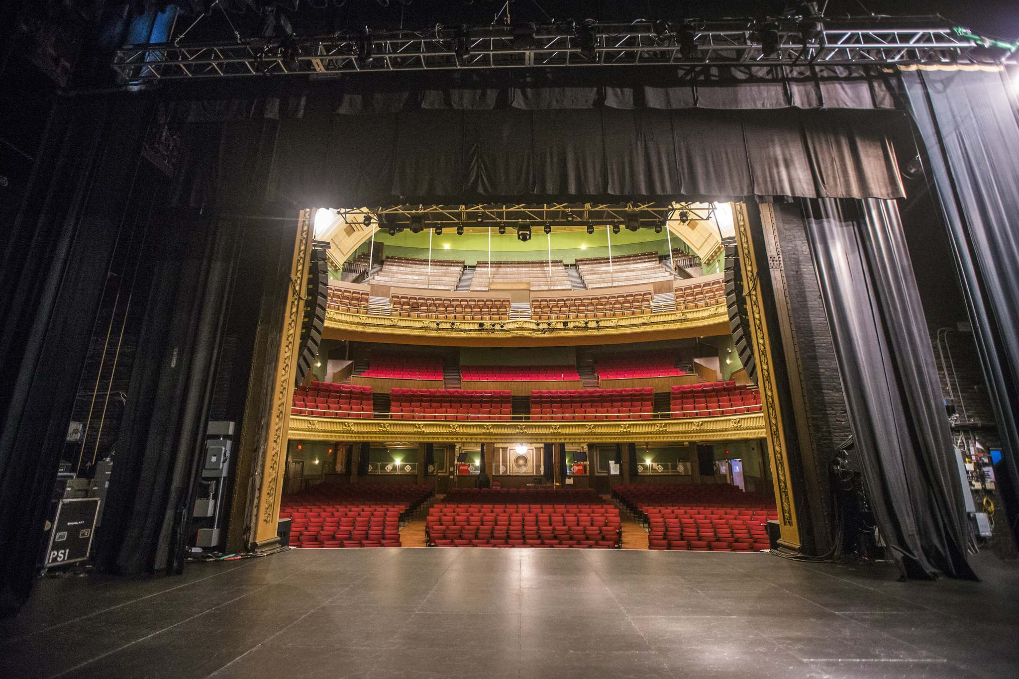 The downtime during the pandemic lockdown allowed staff to paint, clean the upholstered seats and carpets, dust the chandeliers and polish the curved brass railing on the first balcony. (Mikaela MacKenzie / Winnipeg Free Press)</p>