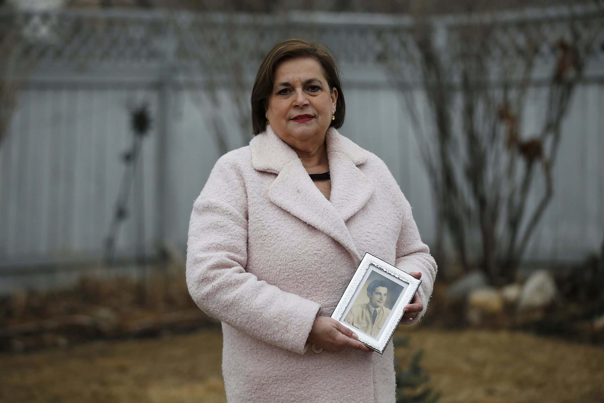Eddie Calisto-Tavares holds a photo of her father Manuel dos Santos de Sousa Calisto who died of COVID-19 at Maples Long Term Care Home. He was one of 56 residents who died from the virus between Oct. 20 and Jan. 12 at the facility. (John Woods / Winnipeg Free Press files)
