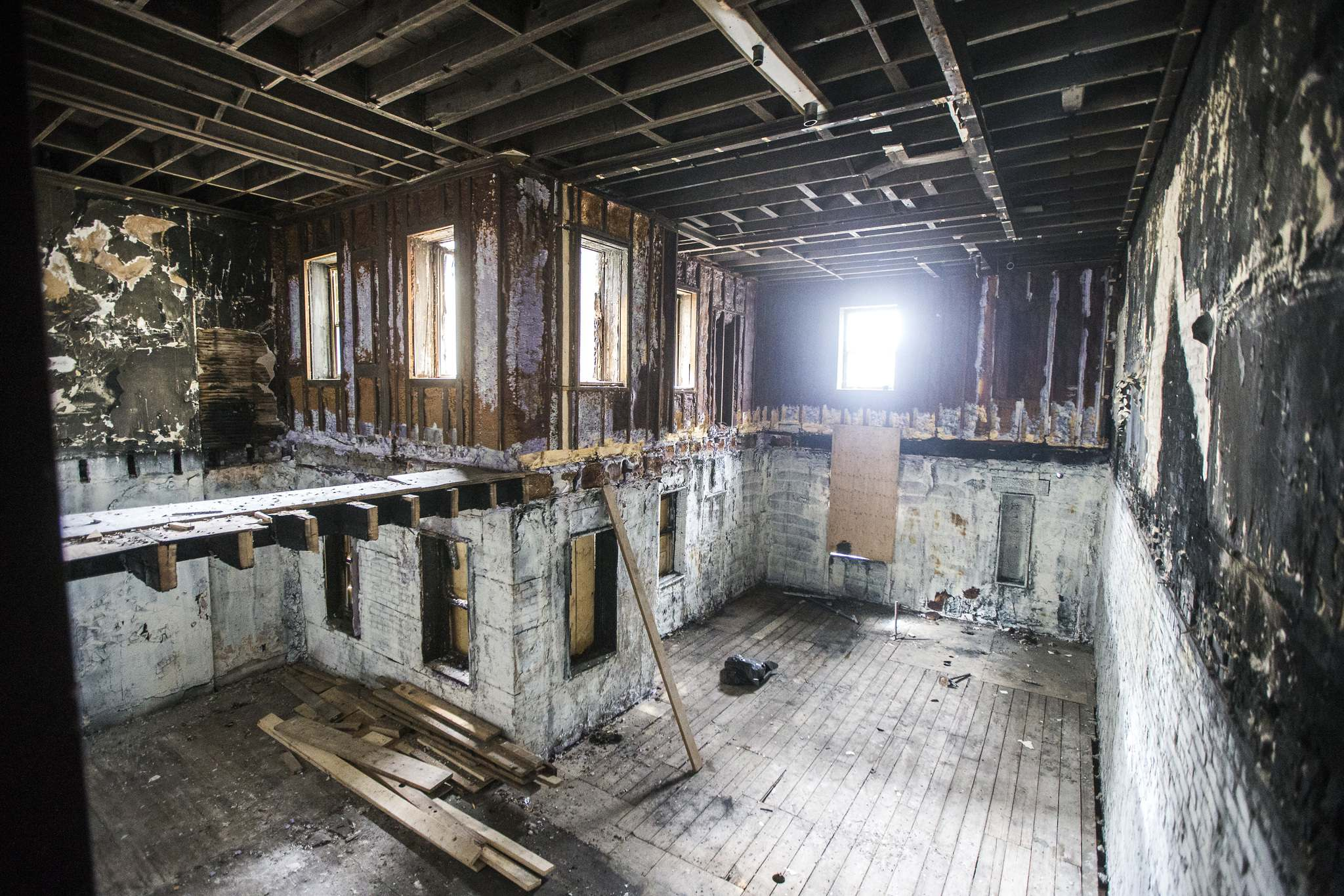 The apartment building at the end of Alfred Avenue had been somewhat neglected and forgotten since a fire tore through it five years ago. (Mikaela MacKenzie / Winnipeg Free Press)</p>