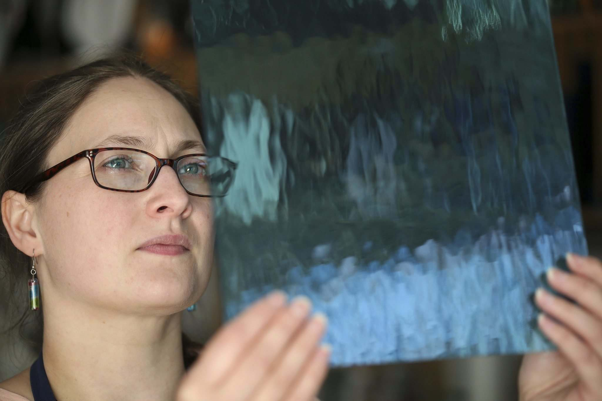 SHANNON VANRAES / WINNIPEG FREE PRESS</p><p>Glass artist Heather Dawson uses sheets of glass as well as smaller glass pebbles to create her work.</p>