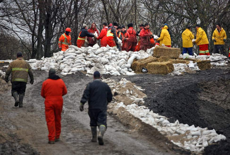 Volunteers work to fortify the dike set up near Parker Boulevard in the city's north end, Tuesday afternoon. (Colin Corneau/Brandon Sun)