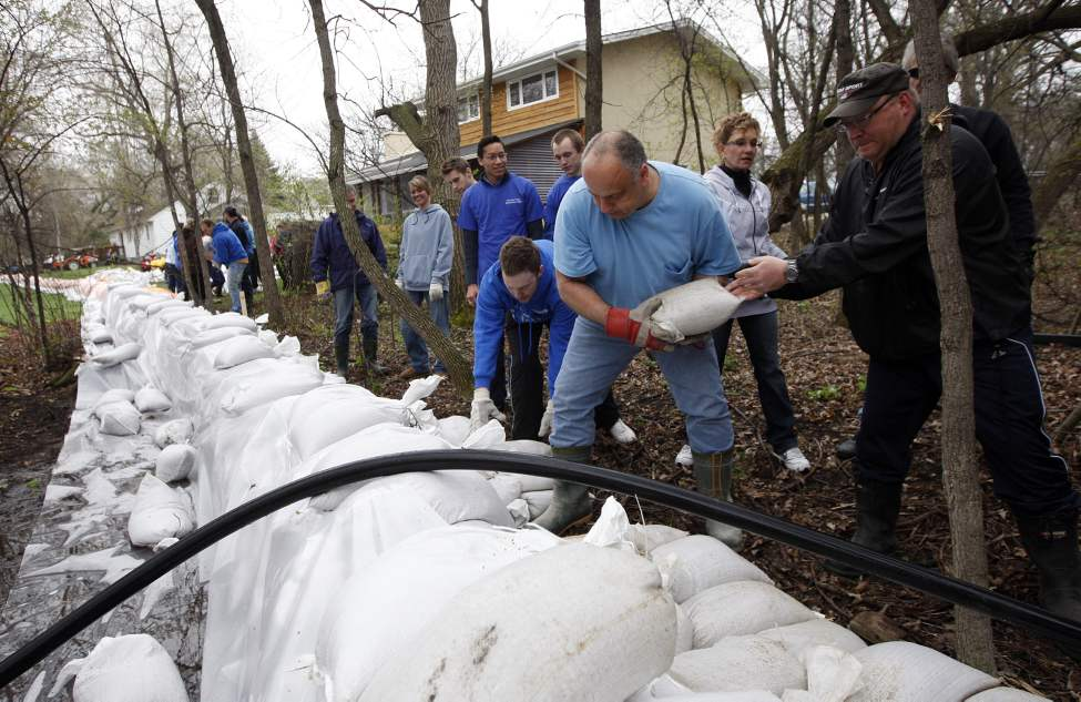 Assiniboine River - Volunteers help property owners raise their dikes two more feet after heavy rains changed the flood forecast in Headingley. May 10, 2011. (KEN GIGLIOTTI / WINNIPEG FREE PRESS)