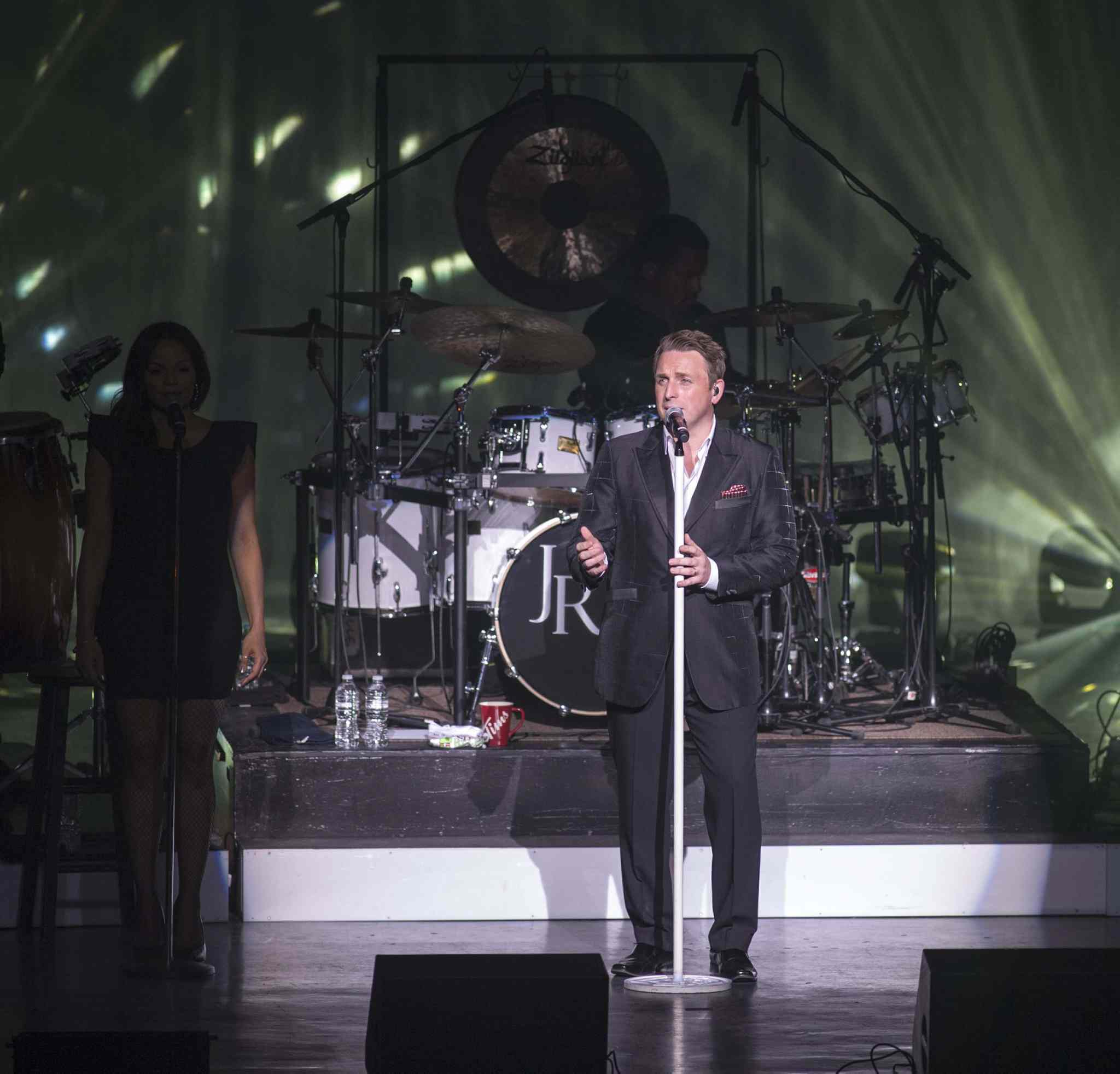 Johnny Reid converses with the audience.
