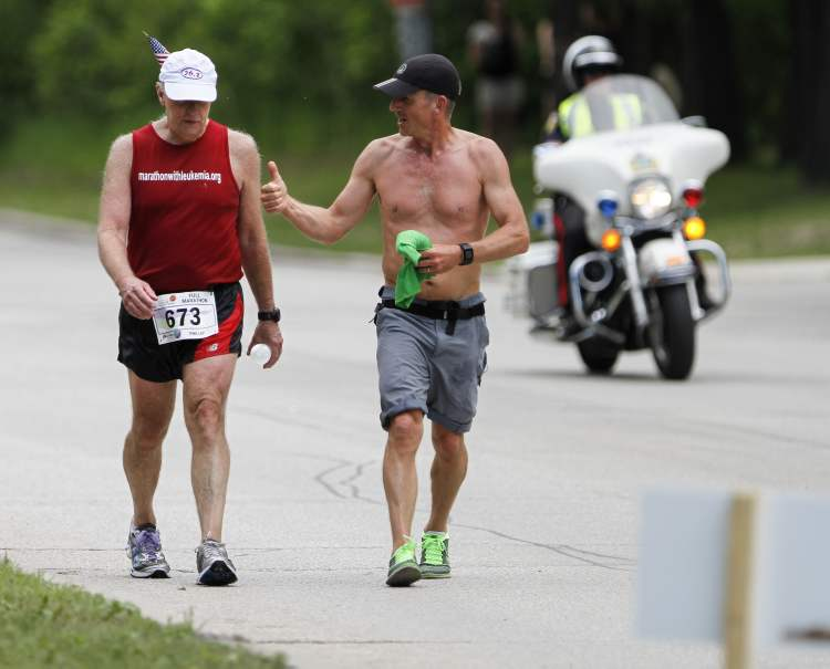 Manitoba Marathon runners encourage each other through Mile 24. (Jessica Burtnick / Winnipeg Free Press)