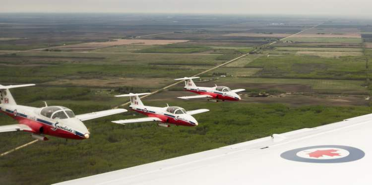 Canadian Forces Snowbirds 3, 7 and 11 fly in formation under low cloud cover north of Winnipeg on Saturday. (Melissa Tait / Winnipeg Free Press)