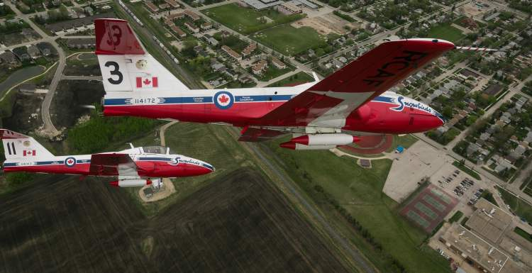 Canadian Forces Snowbirds 3 and 11 fly in formation north of Winnipeg on Saturday. (Melissa Tait / Winnipeg Free Press)