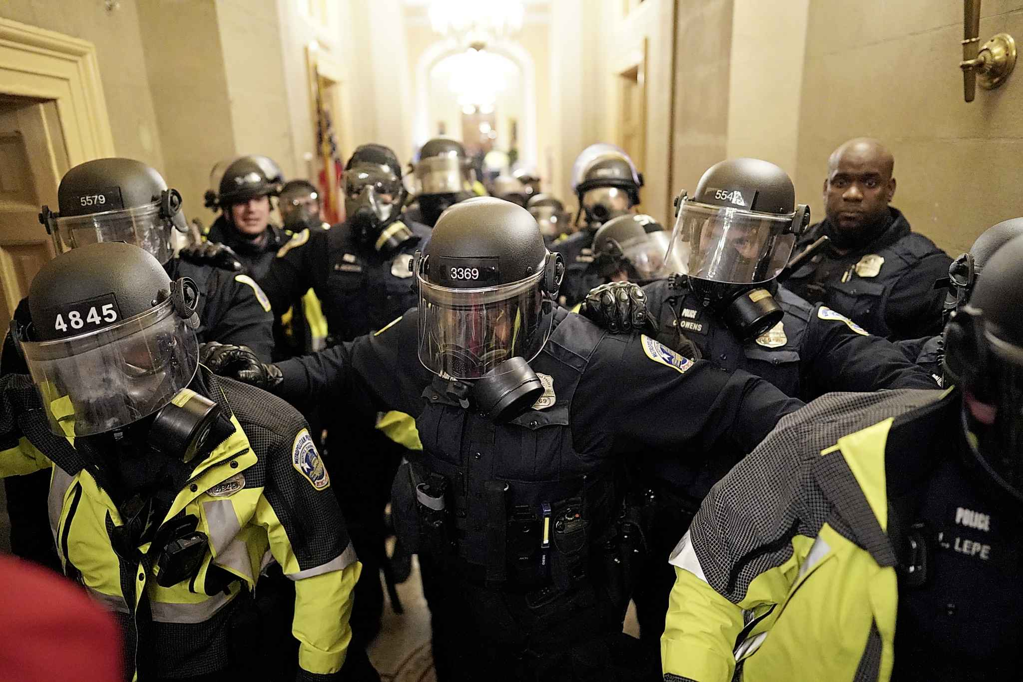 Riot police clear the hallway inside the Capitol on Wednesday, Jan. 6, 2021 in Washington, DC. (Kent Nishimura/Los Angeles Times/TNS)