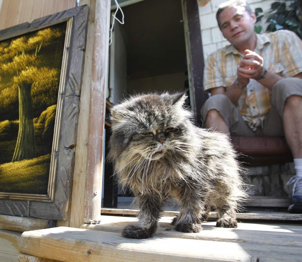 Darcy Canty at home with his cat Kiki.  Monday, May 14, 2012. (WAYNE GLOWACKI / WINNIPEG FREE PRESS)