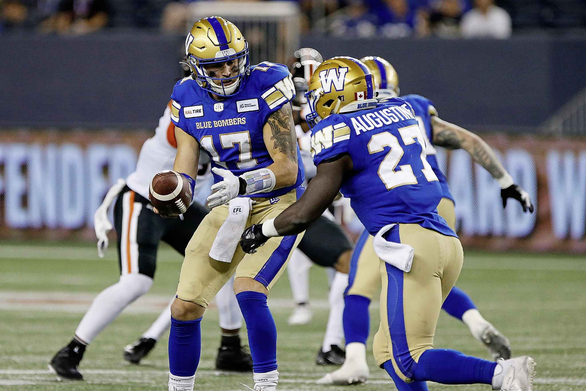 JOHN WOODS / THE CANADIAN PRESS FILES</p><p>Blue Bombers quarterback Chris Streveler hands off to Johnny Augustine against the B.C. Lions during the second half.</p>