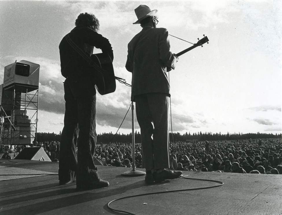 FORTY YEARS OF FOLK FEST — Performers on stage at the Winnipeg Folk Festival on July 6, 1983. (DAVE LANDRY / WINNIPEG FREE PRESS)