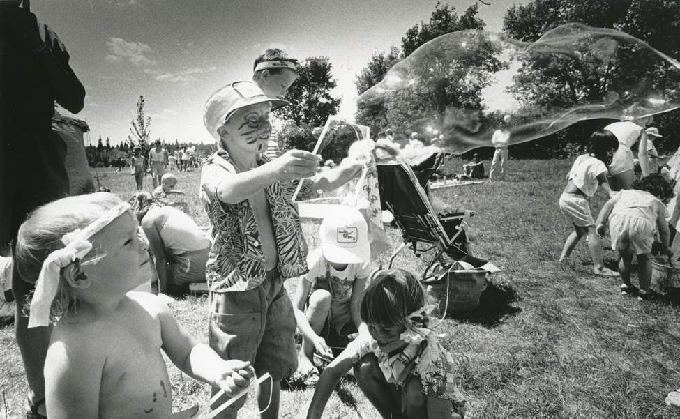 Kevin Muir blows giant bubbles while sister Carolyn watches on July 8, 1988. (DAVE JOHNSON / WINNIPEG FREE PRESS)