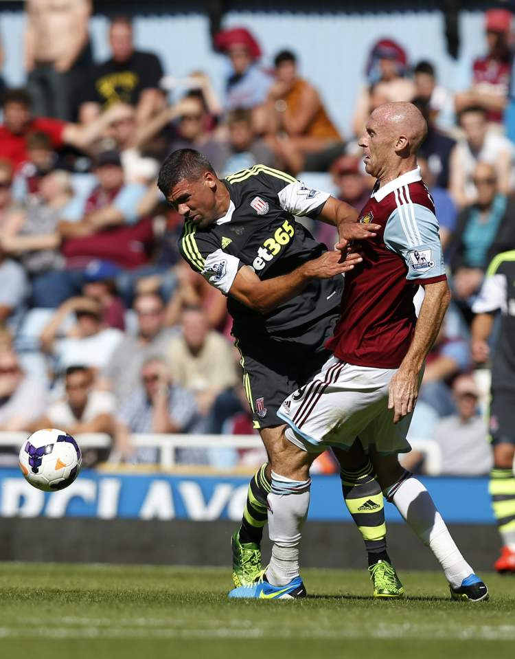 West Ham United's James Collins (right) and Stoke City's Jonathan Walters chase the ball during Stoke's 1-0 victory in their English Premier League match at Upton Park, London, Saturday.