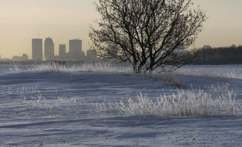 Frosty Manitoba morning on Sturgeon Road near Selkirk Avenue with the city skyline in the background. April 5 2013 (KEN GIGLIOTTI / WINNIPEG FREE PRESS)