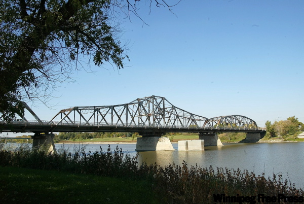 The Louise Bridge spans the Red River between Higgins and Nairn avenues. (Winnipeg Free Press files)