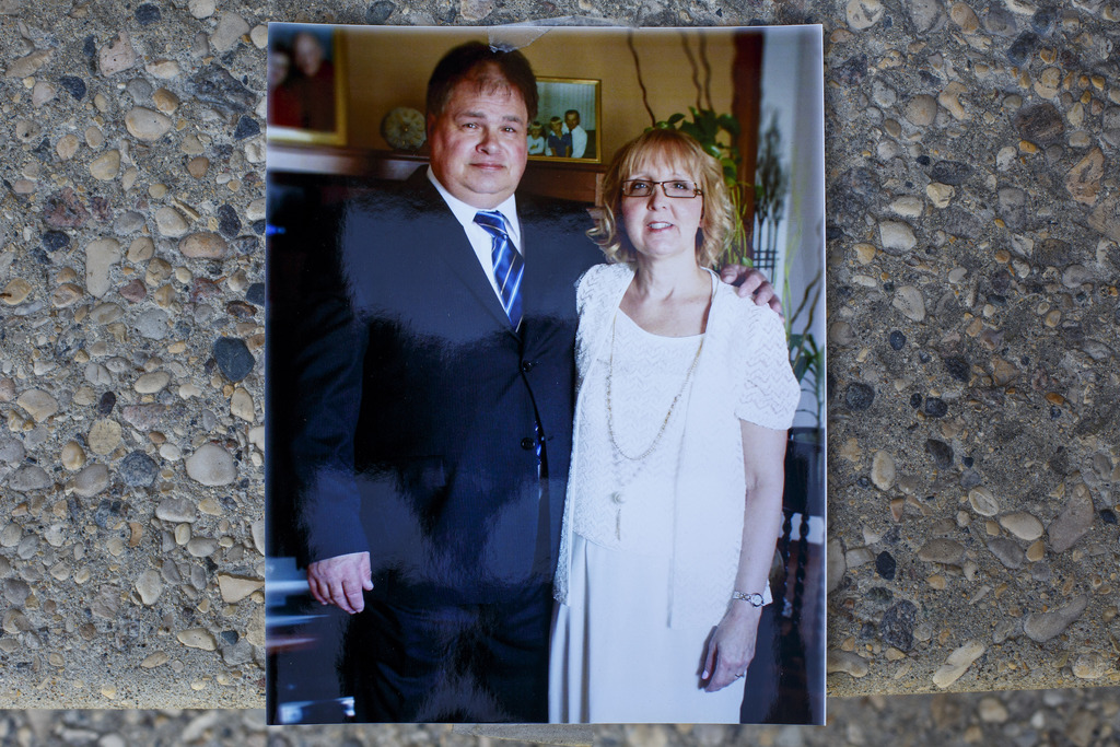 A wedding photo of Lori and John Foster in May of 2014. (Mike Deal / Winnipeg Free Press)