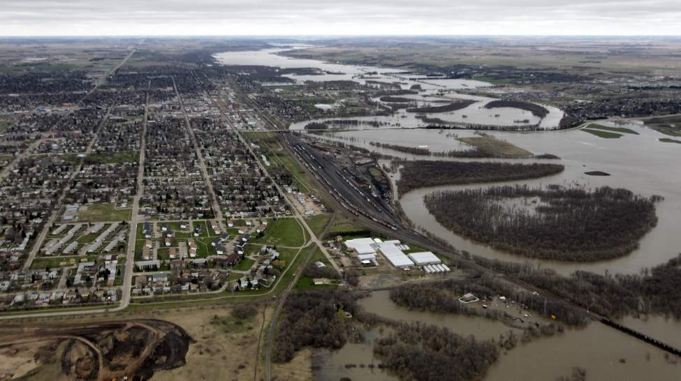 The Assiniboine River overflows its banks in Brandon, Manitoba.  May 12, 2011. (Mike Deal / Winnipeg Free Press)