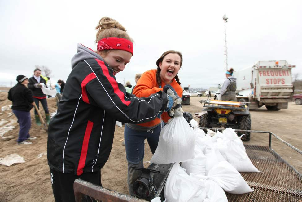 Grade 11 High School Students Chelsea McDonald (left) and Larissa Sosnowski from Carmen help sandbag in Elie, Manitoba Thursday afternoon.  May 12, 2011. (Ruth Bonneville / Winnipeg Free Press)
