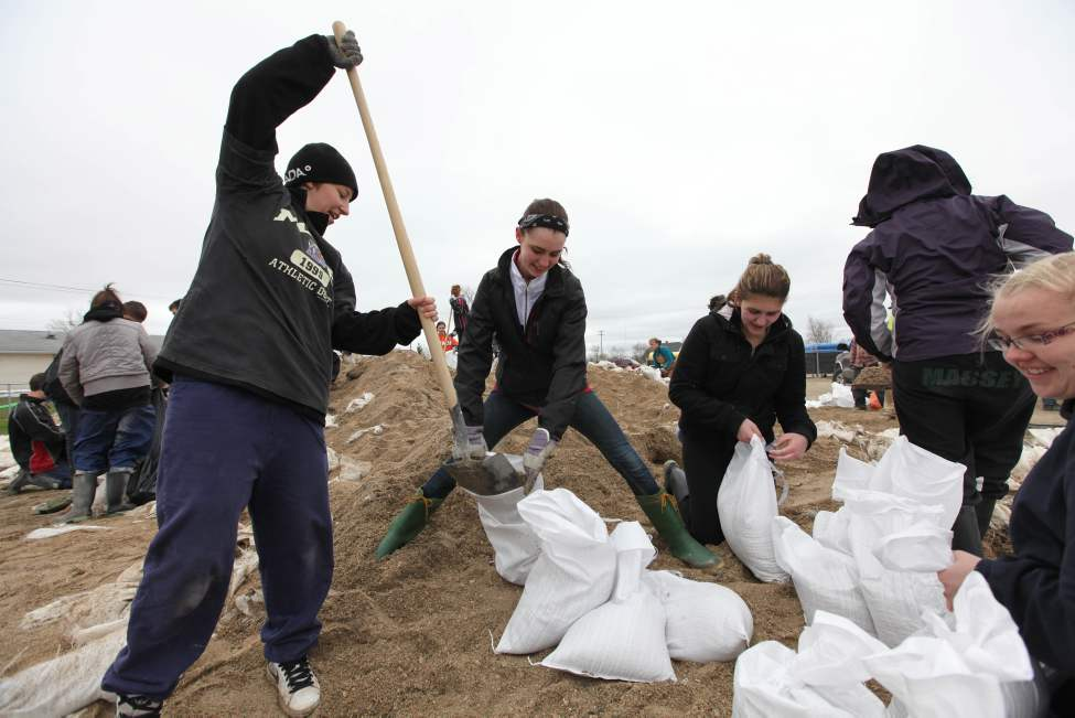 High School Students from Carmen help sandbag in Elie Thursday afternoon. May 12, 2011. (Ruth Bonneville / Winnipeg Free Press)