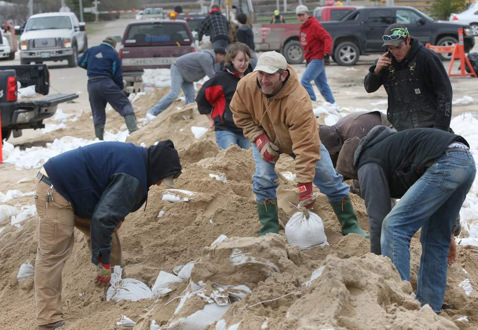 Main Street in Oakville, Manitoba was a buzz of last minitue hunt for sandbags Thursday morning.  May 12, 2012. (Joe Bryksa / Winnipeg Free Press)