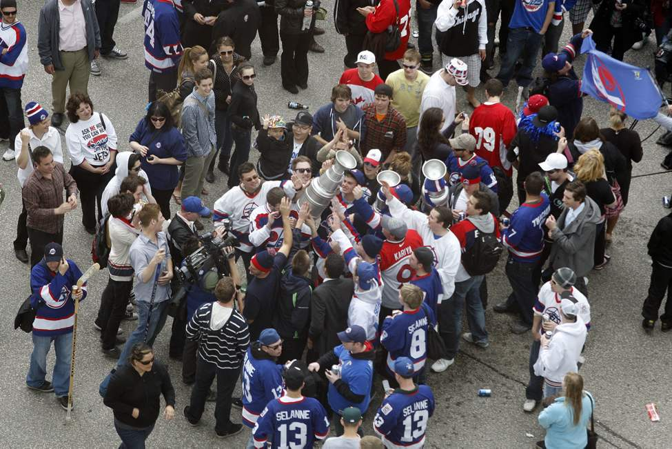 NHL comes back to Winnipeg -  Fans gather at Portage and Main (KEN GIGLIOTTI / WINNIPEG FREE PRESS)