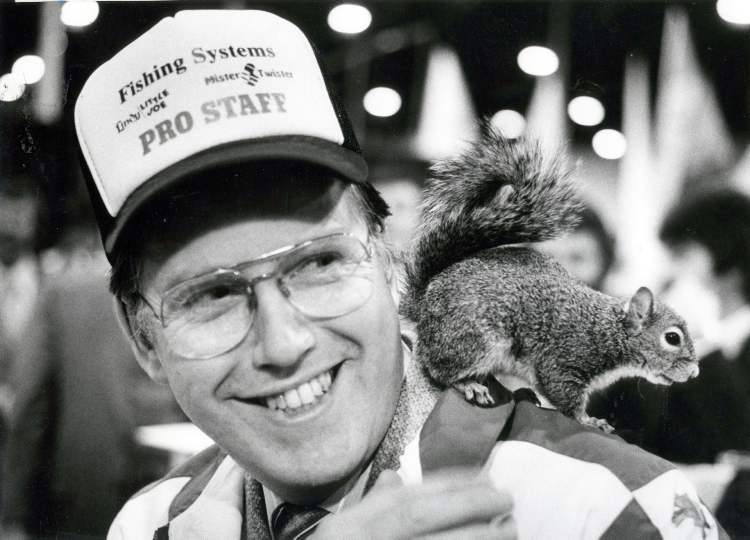 Mayor Bill Norrie gets acquainted with Twiggy the waterskiing squirrel during the Winnipeg International Boat Show, 1982.  (GERRY CAIRNS / WINNIPEG FREE PRESS archives)