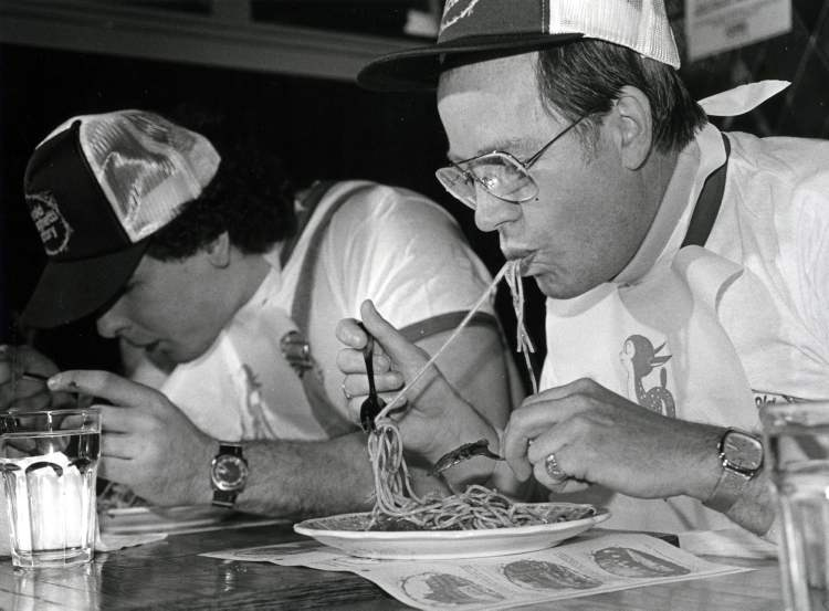 "Mayor Bill Norrie during the ""Celebrity Slurp"" at Old Spaghetti Factory, 1981  (WAYNE GLOWACKI / WINNIPEG FREE PRESS archives)"
