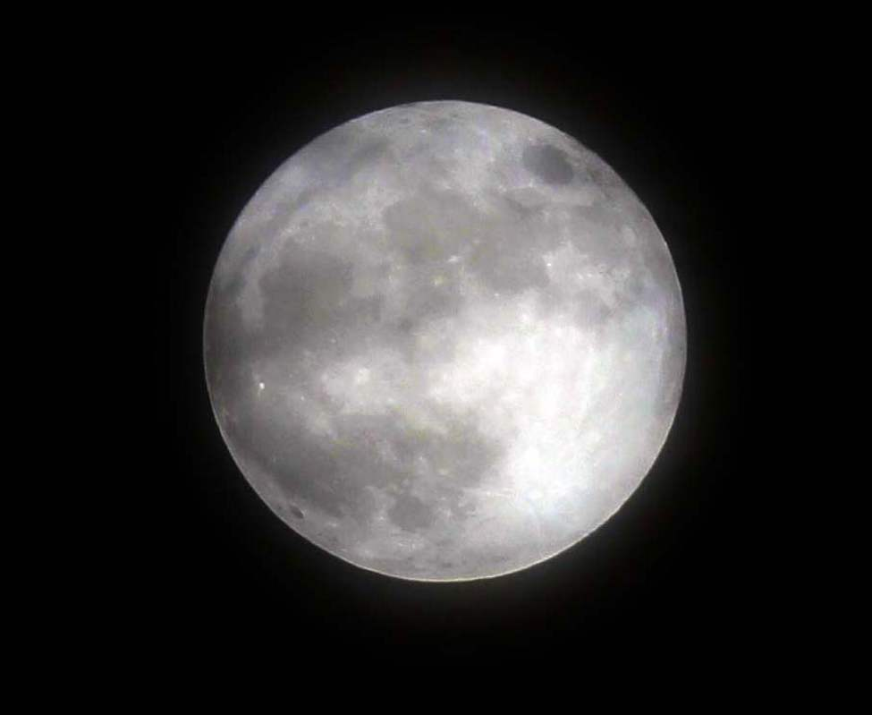 The Super Moon as seen from south of Grand Beach, Manitoba.  May 5, 2012  (BORIS MINKEVICH / WINNIPEG FREE PRESS)