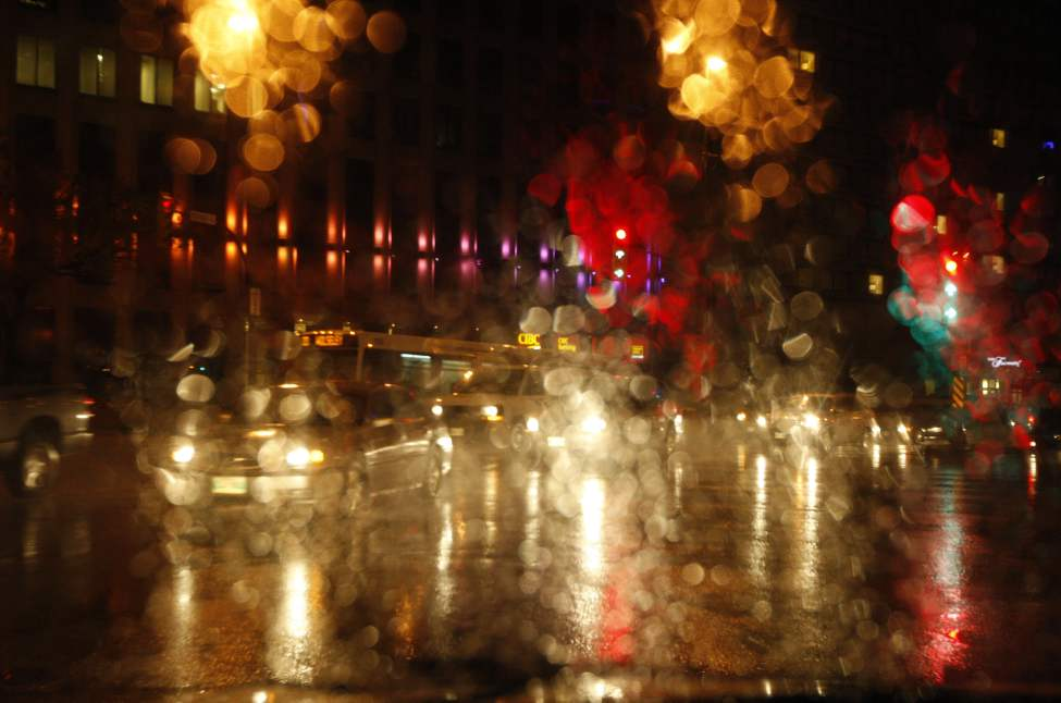 Light rain falls in downtown Winnipeg.  October 4, 2012 (KEN GIGLIOTTI  / WINNIPEG FREE PRESS)