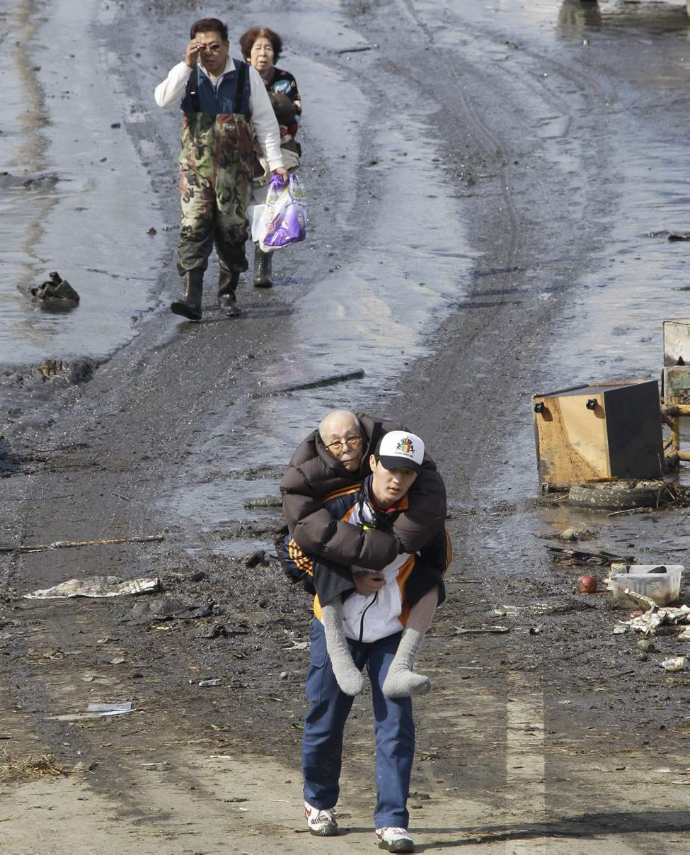 People evacuate from their houses in Tagajo near Sendai, northern Japan Sunday, March 13, 2011  after Friday's catastrophic earthquake and tsunami. (AP Photo/Koji Sasahara)