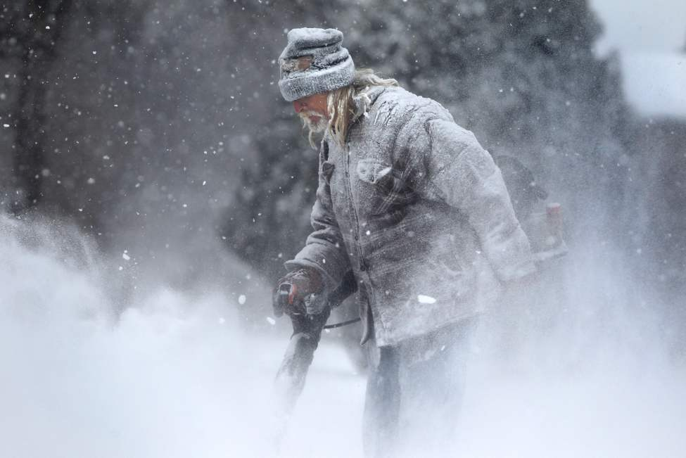 Snow blower man. November 24, 2012 (Ruth Bonneville / Winnipeg Free Press)