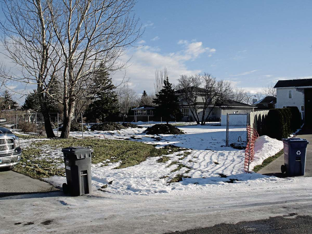 23 John Huyda Drive, in North Kildonan, is to be the site of two new single family units. Neighbours are worried that there will not enough room for effective garbage pickup once the homes are built. (SHELDON BIRNIE/CANSTAR/THE HERALD)