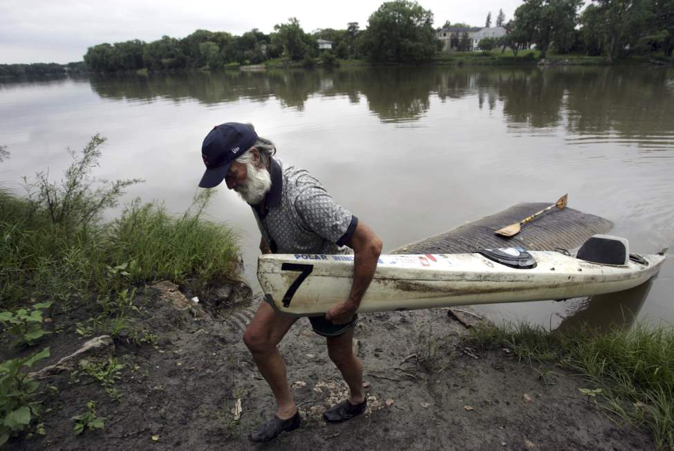 Don Starkell hauls up his 19-year-old sea kayak from the Red River .  August 24, 2009 (Wayne Glowacki / Winnipeg Free Press)
