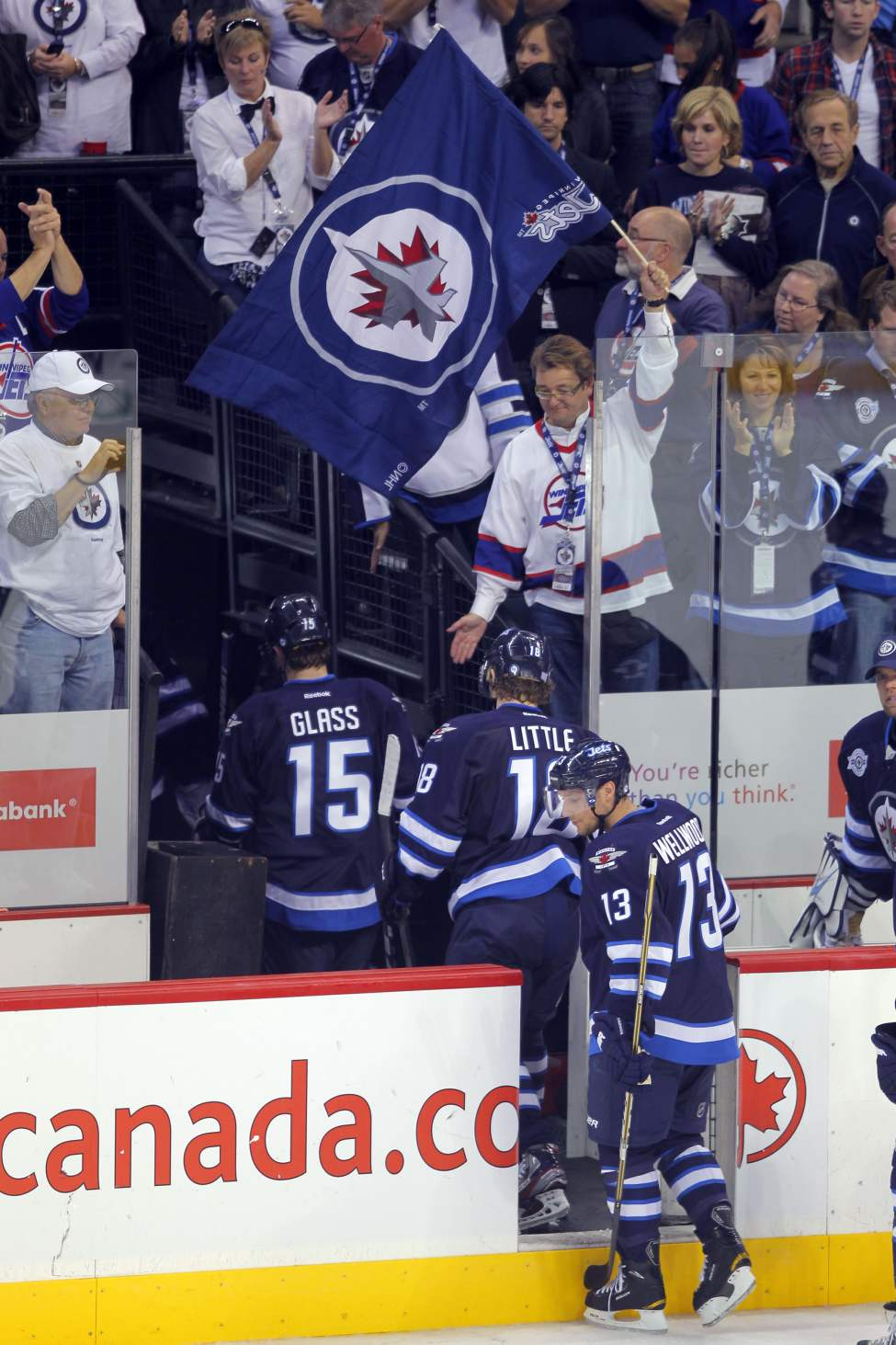 The Jets leave the ice after their  5-1 loss. (Boris Minkevich / Winnipeg Free Press)
