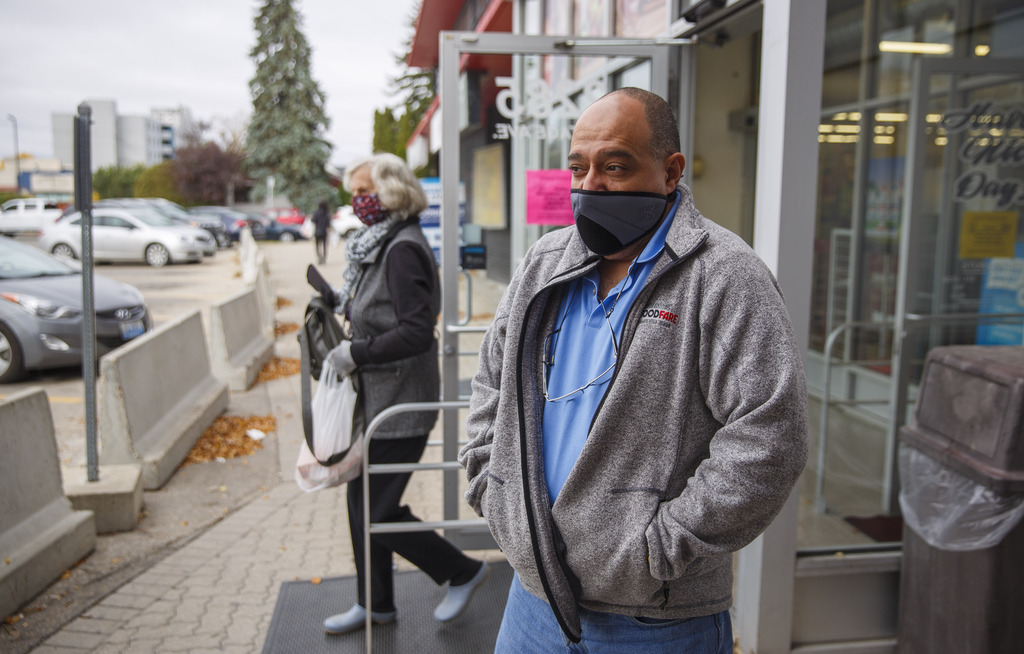 Food Fare owner Munther Zeid has been lenient about the mask order today, but won't be as tolerant tomorrow. (Mike Deal / Winnipeg Free Press)